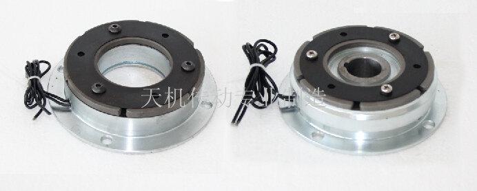 关于干式电磁离合器与制动器外观颜色相关说明,天机传动根据广大客户的应用需求,将干式电磁离合器和干式电磁制动器经过特殊工序处理,做成两种外观颜色,一种是常见的标准普通型(黑色),另一种是标准电镀型(银白色)。温馨提示,无论是电镀型还是普通型的,只要型号是相同的,那么其结构与安装尺寸都是一样的。干式电磁离合器、制动器具有响应速度灵敏,经久耐用,传递扭矩大且平稳等优点,被广泛应用于印刷食品包装纺织等各行各业。 电镀型干式电磁离合刹车器如下图:  普通型干式电磁离合器刹车器如下图:  本司特此提醒广大新老用户,上